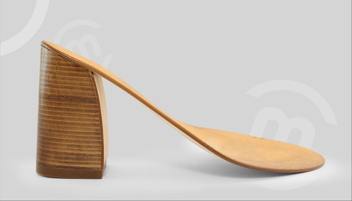 Suela con tacón alto de madera